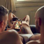 sex date sur un canapé avec plusieurs mecs